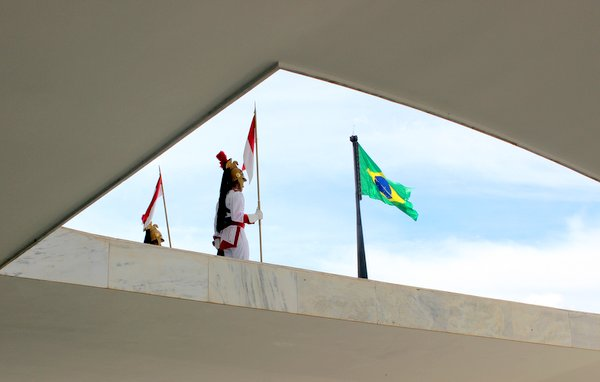 Os Dragões da Independência vistos de dentro do Planalto.
